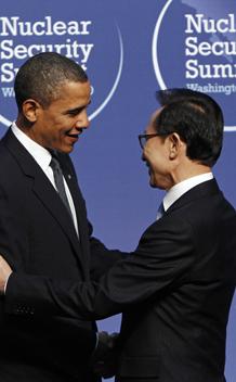 U.S. President Barack Obama (L) greets South Korea's President Lee Myung-bak at the Nuclear Security Summit in Washington April 12, 2010.