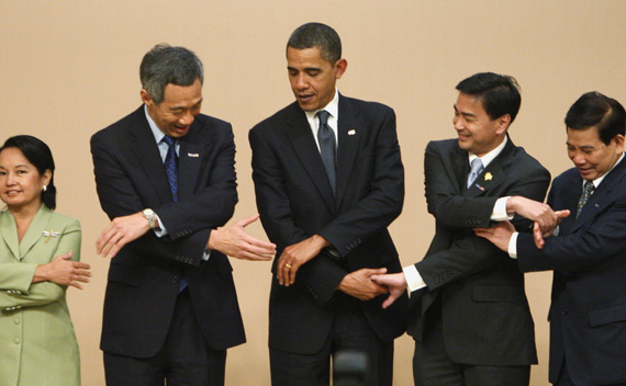 U.S. President Barack Obama (C) poses with ASEAN Leaders before their ASEAN-US meeting in Singapore November 15, 2009. Pictured (L-R) are: Philippine President Gloria Macapagal Arroyo, Singapore's Prime Minister Lee Hsien Loong, Thailand's Prime Minister Abhisit Vejjajiva, Vietnam's President Nguyen Minh Triet. REUTERS/Jim Young