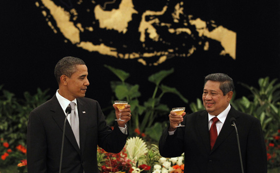 U.S. President Barack Obama toasts with Indonesia's President Susilo Bambang Yudhoyono during a state dinner in Jakarta