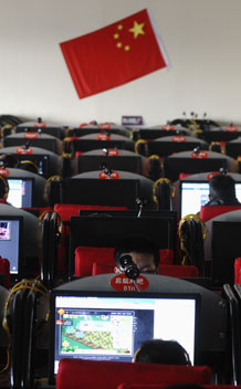 People use computers at an Internet cafe in Changzhi, Shanxi province February 22, 2010. A senior Chinese military officer has called for a new national body to enforce Internet controls, while China faced fresh claims on Monday about the source of hacking attacks that hit search giant Google. REUTERS/Stringer