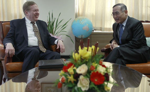 U.S. special envoy for North Korean Human Rights Issues Robert King (L) and South Korea's top nuclear negotiator Wi Sung-lac talk at Wi's office in Seoul February 8, 2011