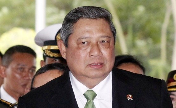Indonesia's President Susilo Bambang Yudhoyono arrives at the Noi Bai airport for his return home in Hanoi on October 27, 2010.
