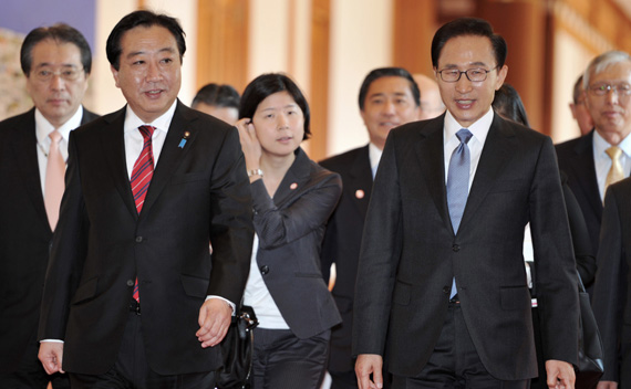 South Korean President Lee Myung-Bak (front R) walks with Japan's Prime Minister Yoshihiko Noda (front L) into the presidential Blue House before their meeting in Seoul October 19, 2011