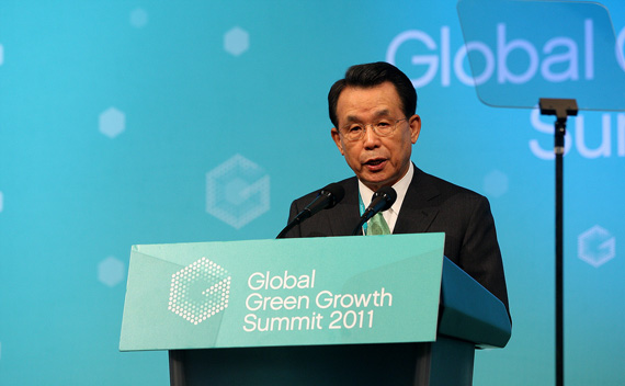 Global Green Growth Institute chairman Han Seung-soo of South Korea delivers a keynote speech during the Global Green Growth Summit 2011 in Seoul June 20, 2011.