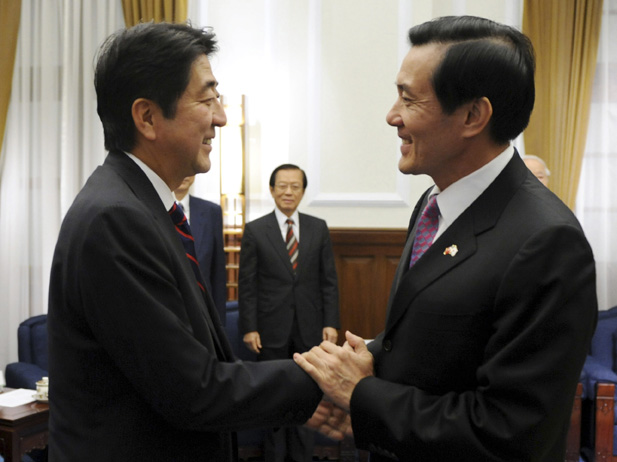 Taiwan President Ma Ying-jeou (R) greets former Japan prime minister Shinzo Abe at the presidential office in Taipei October 31, 2010 (REUTERS/Sun Chung-ta).