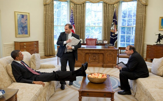 U.S. President Barack Obama talks with Deputy National Security Advisor for Strategic Communication Rhodes and Senior Advisor Axelrod in the Oval Office (July 6, 2010).