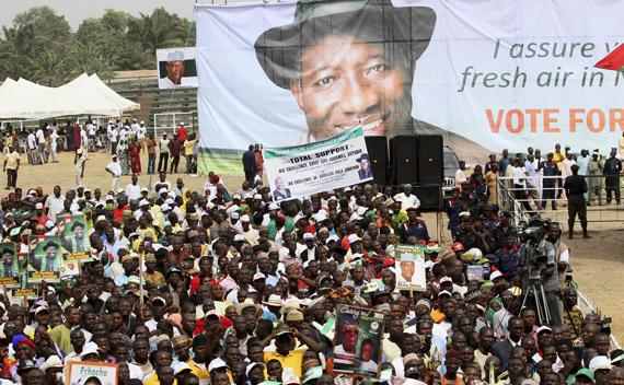 Buhari Supporters Stone Jonathan Convoy